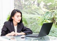 Biznesowe azjatykcie kobiety pracuje z notatnikiem zdjęcie stock
