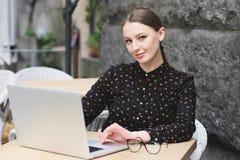 Biznesowe kobiety jest ubranym czarną koszula w kawiarni Obrazy Royalty Free