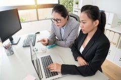 Biznesowe kobiety patrzeje dla rozwiązania obrazy royalty free