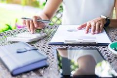 Biznesowe kobiety pracuje używać kalkulatora dla proces pieniężnego fotografia royalty free