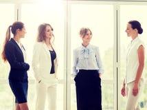 Biznesowe kobiety spotyka przy biurem i opowiadać obraz royalty free