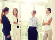 Biznesowe kobiety spotyka przy biurem i opowiada? obrazy stock