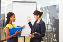Biznesowe kobiety w biznesowej prezentaci Obrazy Stock