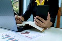Biznesowe kobiety W górę ręki z papierem zdjęcia stock