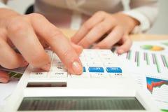 Biznesowe kobiety z kalkulatorem i pieniężnymi mapami Zdjęcia Royalty Free