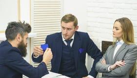 Biznesowe negocjacje, dyskutują warunki kredyt Mężczyzna z brodą otrzymywa pożyczkę, trzyma plastikową kredytową kartę Biznes Obrazy Stock