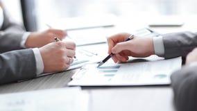 Biznesowe negocjacje, dyskutuj? warunki transakcja, kontrakt Biznesowy negocjaci poj?cie fotografia royalty free