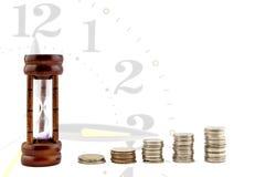 Biznesowe pieniądze pojęcia pomysłu monety i Hourglass, Wzrostowa mapa Obrazy Royalty Free