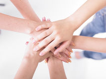 biznesowe ręki łączą drużyny Zdjęcie Royalty Free