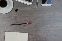 Biznesowe rzeczy na drewnianym biurku fotografia royalty free