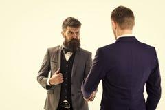 Biznesowe transakcje Mężczyzna w klasycznych kostiumach, biznesmeni, partnery biznesowi spotyka, biały tło, obrazy stock