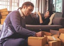 Biznesowego życia partnera kocowania pudełka dla online sklepowej dostawy Zdjęcia Royalty Free