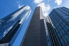 Biznesowego biura drapacz chmur w Frankfurt magistrala - jest - fotografia stock