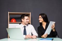 biznesowego biura ludzie target4727_1_ Kobiety i mężczyzna partnery pracują wpólnie na nowym projekcie fotografia stock