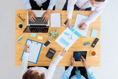 biznesowego biznesmena cmputer biurka laptopu spotkania ja target1953_0_ target1954_0_ używać kobiety obraz royalty free