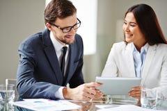 biznesowego biznesmena cmputer biurka laptopu spotkania ja target1953_0_ target1954_0_ używać kobiety Fotografia Royalty Free