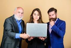 biznesowego biznesmena cmputer biurka laptopu spotkania ja target1953_0_ target1954_0_ u?ywa? kobiety Mężczyzny kierownika brodat fotografia stock