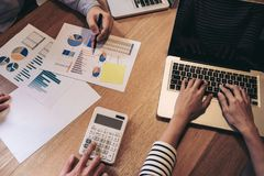 Biznesowego doradcy analizować pieniężny z nowym rozpoczęcie finanse Zdjęcia Royalty Free