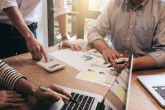 Biznesowego doradcy analizować pieniężny z nowym rozpoczęcie finanse pr Obraz Stock