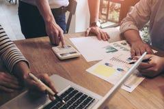 Biznesowego doradcy analizować pieniężny z nowym rozpoczęcie finanse pr Zdjęcia Royalty Free