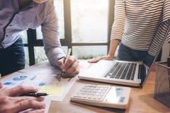 Biznesowego doradcy analizować pieniężny z nowym rozpoczęcie finanse pr Obrazy Stock