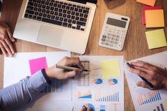 Biznesowego doradcy analizować pieniężny z nowym rozpoczęcie finanse pr Fotografia Stock