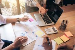 Biznesowego doradcy analizować pieniężny z nowym rozpoczęcie finanse pr Obraz Royalty Free