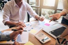 Biznesowego doradcy analizować pieniężny z nowym rozpoczęcie finanse pr Obrazy Royalty Free