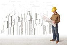 Biznesowego inżyniera mężczyzna z budynku miasta rysunkiem w tle Zdjęcia Royalty Free