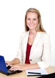 biznesowego komputeru laptopu uśmiechnięta kobieta zdjęcie stock