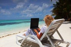 biznesowego laptopu tropikalna kobieta fotografia royalty free