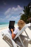 biznesowego laptopu tropikalna kobieta Zdjęcia Royalty Free