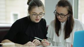 Biznesowego lunchu dwa piękne kobiety w biurze Mała przekąska podczas znacząco biznesowego projekta zbiory