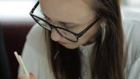 Biznesowego lunchu dwa piękne kobiety w biurze Mała przekąska podczas znacząco biznesowego projekta zbiory wideo