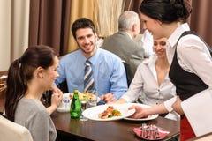 biznesowego lunchu restauracyjna porcja kelnerki kobieta Zdjęcia Royalty Free