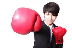 Biznesowego mężczyzna bój z bokserskimi rękawiczkami Zdjęcia Royalty Free