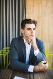 Biznesowego mężczyzna biurowego biurka krzesła pracującego miejsca biznesmena myślący siedzący relaksujący rozważny patrzeć obrazy stock