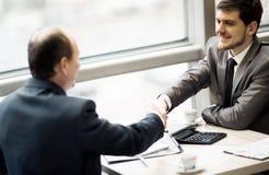 Biznesowego mężczyzna chwiania ręki pieczętować transakcję z jego partnerem Fotografia Stock