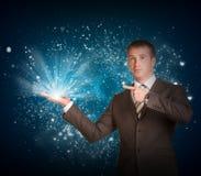 Biznesowego mężczyzna chwyta magii światło w ręce Obrazy Stock