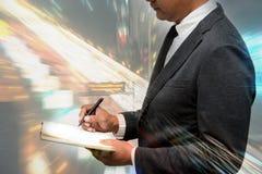 Biznesowego mężczyzna chwyta pióra dwoisty ujawnienie z pięknym tłem Obrazy Royalty Free