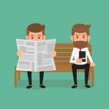 Biznesowego mężczyzna czytelnicza gazeta i używać smartphone Zdjęcia Royalty Free