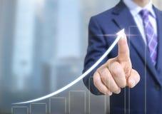 Biznesowego mężczyzna dotyka ekran obraz stock