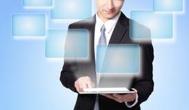 Biznesowego mężczyzna dotyka pastylki komputer osobisty z pustym ekranem Fotografia Royalty Free