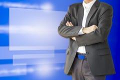 Biznesowego mężczyzna fałdu ręki nad jego klatką piersiową przeciw wirtualnego ekranu b Fotografia Royalty Free