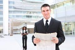 biznesowego mężczyzna gazety czytanie Zdjęcia Royalty Free