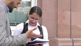 Biznesowego mężczyzna i kobiety praca zespołowa Opowiada pojęcie