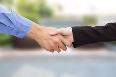 Biznesowego mężczyzna i kobiety uścisk dłoni na plamy tle Obraz Royalty Free