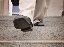Biznesowego mężczyzna kroczenie - puszków schodki obrazy royalty free