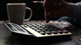 Biznesowego mężczyzna księgowy robi obliczeniom pisze dane i bierze notatki zbiory