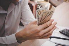 Biznesowego mężczyzna liczenie pracuje online pieniądze Obrazy Royalty Free